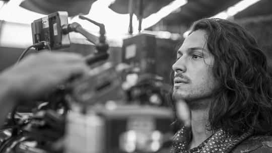 Romulo Estrela chega aos 34 anos e festeja protagonista em 'Deus Salve o Rei': 'Exemplo de ser humano'