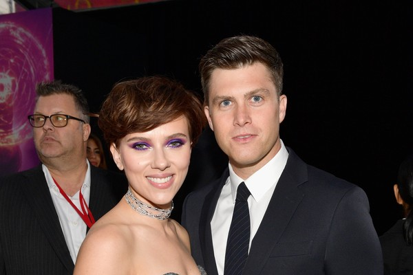 A atriz Scarlett Johansson durante o evento de lançamento do terceiro Vingadores, na companhia de seu namorado o comediante Colin Jost (Foto: Getty Images)
