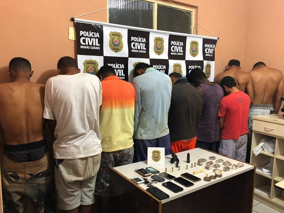 Detidos foram levados para a delegacia de Pirapora — Foto: Polícia Civil/Divulgação
