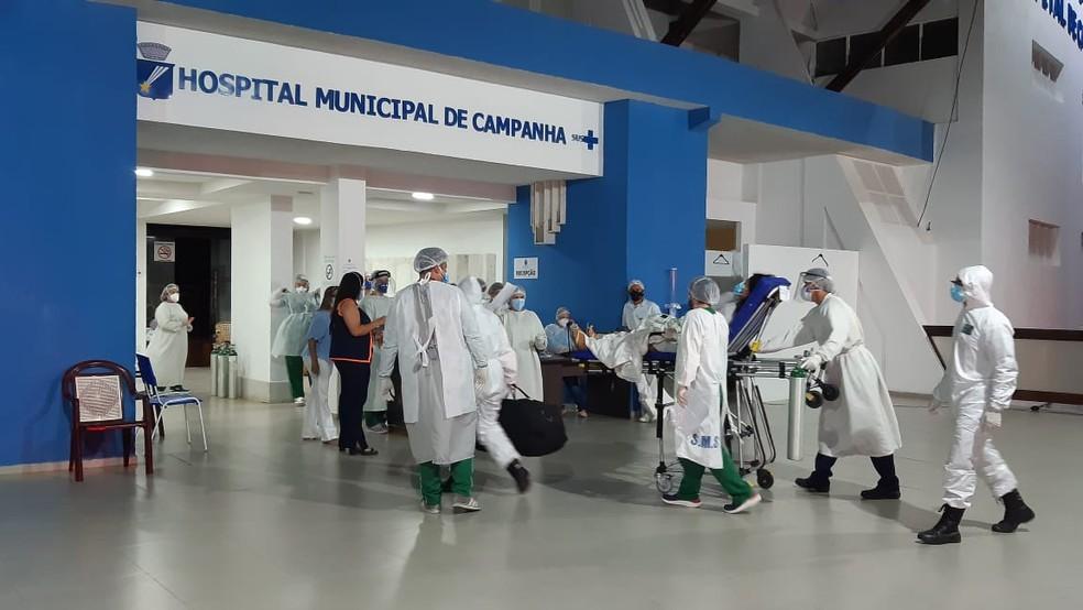 Paciente transferido de Manaus na entrada do Hospital de Campanha de Natal, na noite desta quarta-feira (20). — Foto: Sérgio Henrique Santos/Inter TV Cabugi