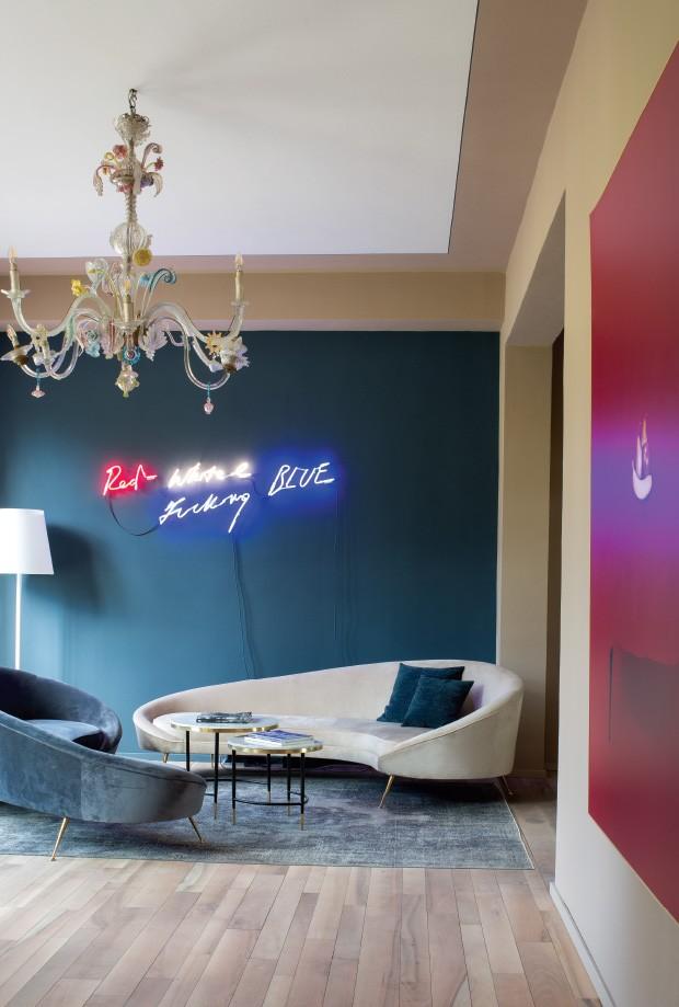 Living: Dois sofás anos 1950 e o neon de Tracey Emin na recepção (Foto: Filipo Bamberghi)