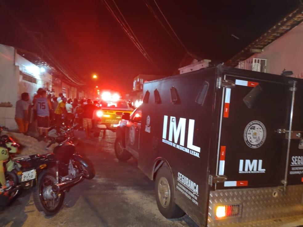 IML fez a remoção do corpo de jovem no bairro Promorar, em Teresina — Foto: Ravi Marques/TV Clube