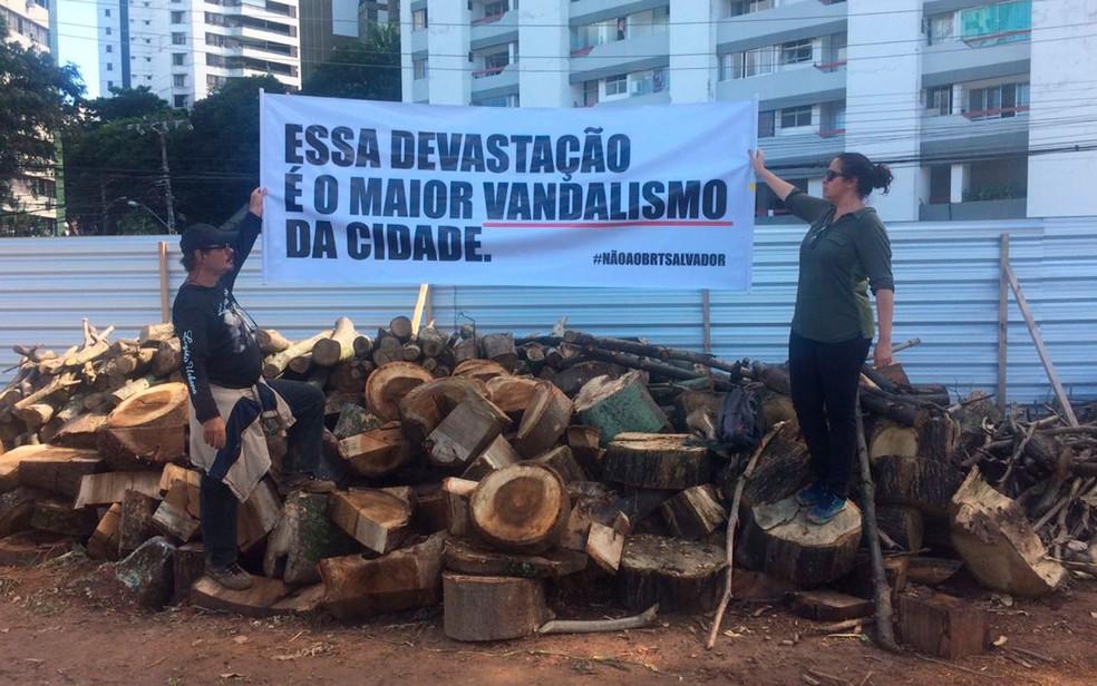 Manifestantes que são contra as obras do BRT, em Salvador. (Foto: Juliana Ferreira / Divulgação)