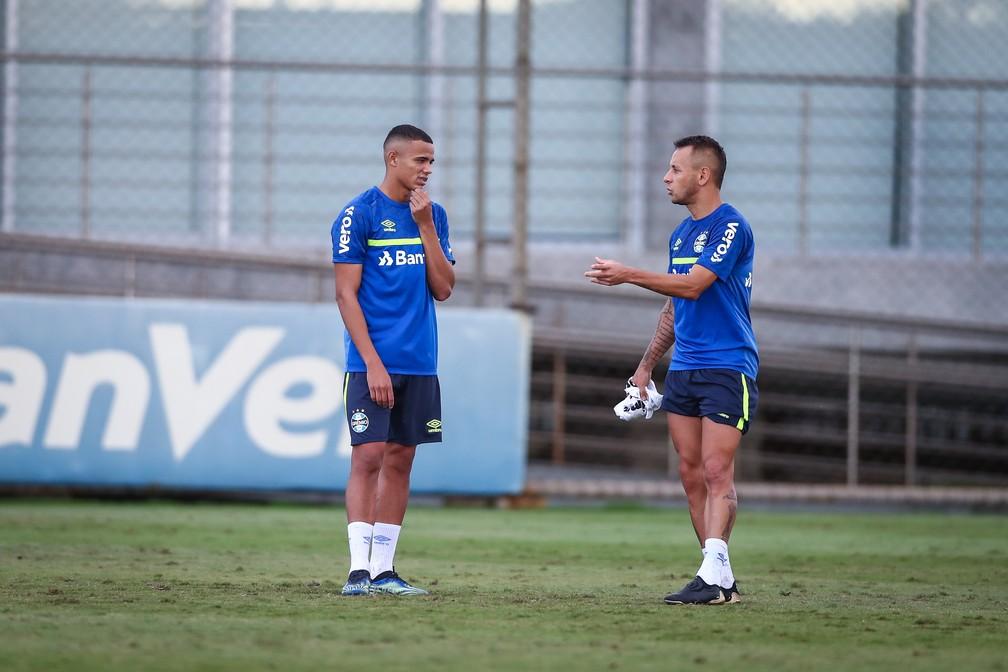 Vanderson e Rafinha em treino do Grêmio — Foto: Lucas Uebel/Grêmio
