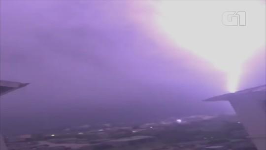 Morador registra queda de raio em Porto Alegre; veja vídeo