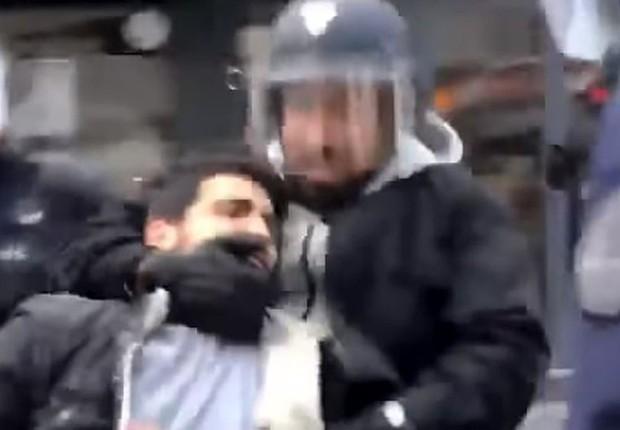 Vídeos revelados pelo jornal Le Monde mostram agente agredindo manifestantes (Foto: AFP via BBC)