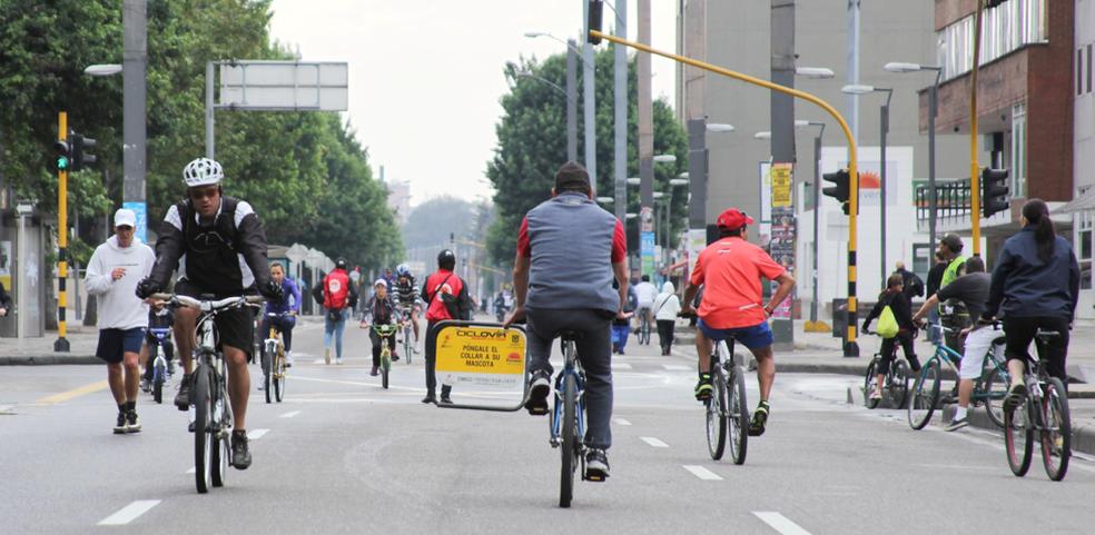 Ciclistas em Bogotá, na Colômbia (Foto: InvestInBogota)