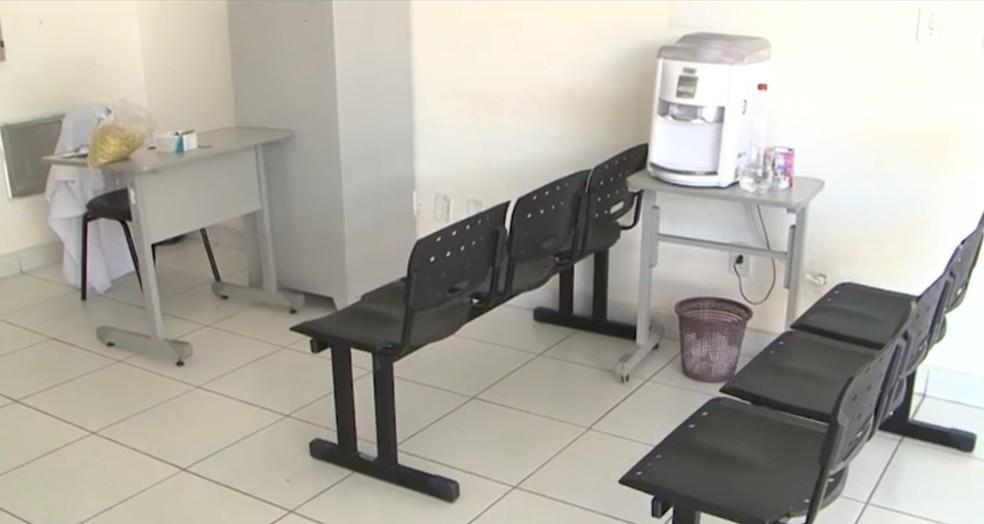 Moradores dizem que problema já dura quatro meses.  — Foto: Reprodução / TV São Francisco
