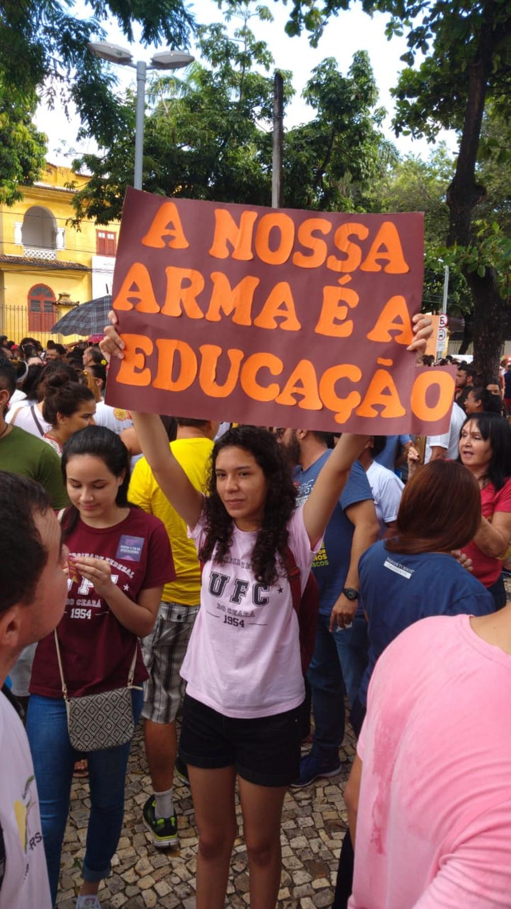 Fortaleza - estudantes e professores fazem protesto contra bloqueios na educação — Foto: Nicolas Paulino/SVM