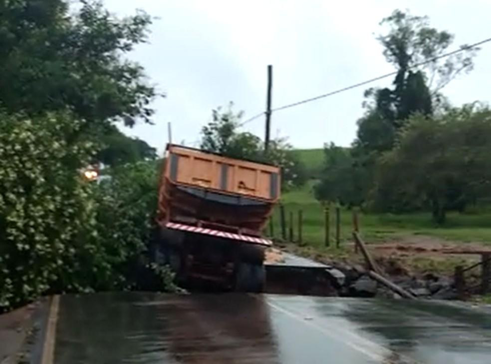 Caminhão caiu em rio após ponte desabar por conta do aumento no volume devido às chuvas; motorista morreu. — Foto: Arquivo pessoal