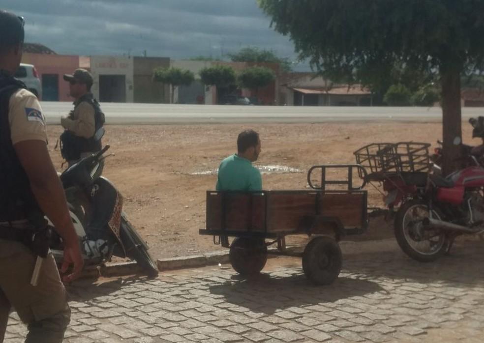 Suspeito é transportado em reboque de moto em Petrolina. (Foto: Reprodução Rede Social)