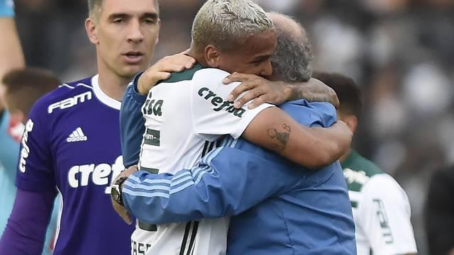 Deyverson abraça Felipão após o gol