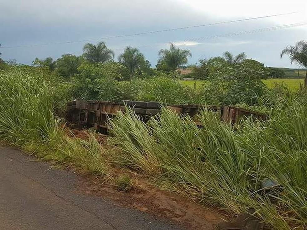 Caminhão ficou tombado no acostamento da rodovia após motorista de um veículo invadir a pista em Macaubal (SP) (Foto: Arquivo Pessoal)