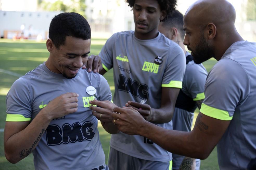 Jogadores prendem broches que ganharam de Melissa — Foto: André Durão