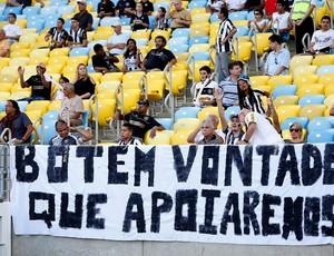 Faixa protesto torcida botafogo (Foto: Alexandre Cassiano / O Globo)