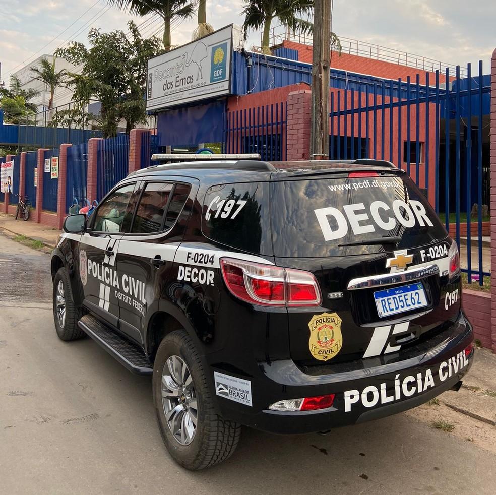 Policiais cumprem mandados na regional de ensino do Recanto das Emas, no DF — Foto: PCDF/Divulgação