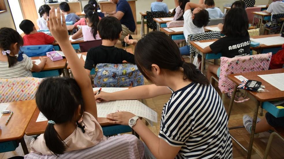 Novas reformas da educação no Japão incluem valorizar a aprendizagem ativa, onde o aluno é protagonista e o professor, mediador — Foto: Fatima Kamata/BBC News Brasil