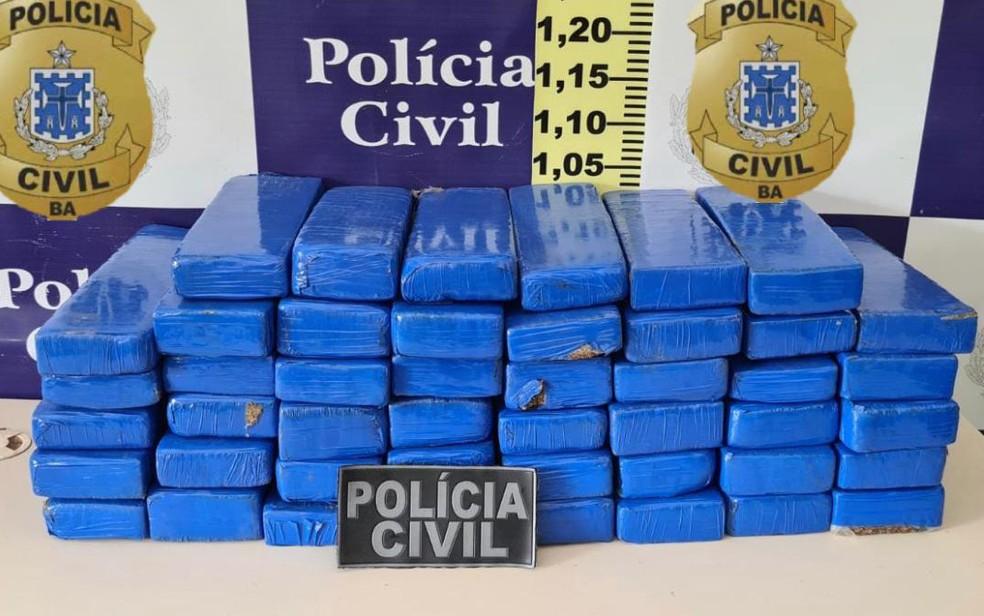 Homem foi preso após ser flagrado transportando droga em ônibus — Foto: Divulgação/SSP