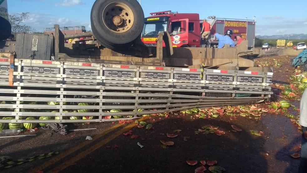 O caminhão estava carregado de melancias e capotou na RN-228, em Cruzeta (Foto: Divulgação/PM)