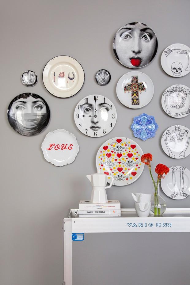 SALA DE JANTAR | Os pratos foram dispostos na parede pela moradora como se fossem uma galeria. Garimpados pela moradora em viagens. (Foto: Denilson Machado, MCA Estúdio / Divulgação)