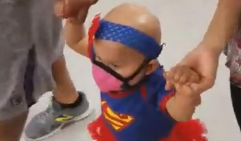 Emilie Meza foi vestida de super-mulher após termianr quimioterapia (Foto: Reprodução/Facebook)