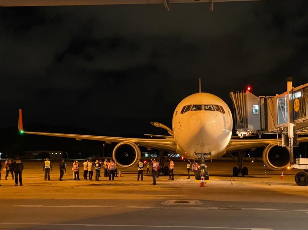 Avião com vacinas chegou ao Recife na noite desta segunda (18) — Foto: Pedro Alves/G1