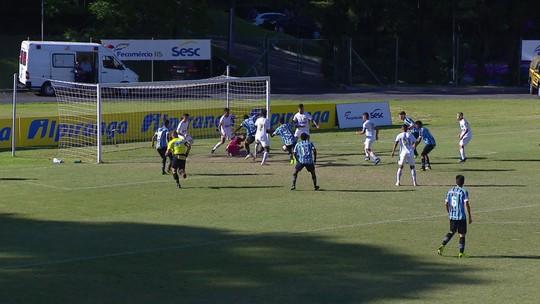 Pressão do Grêmio na área, mas Thiago afasta o perigo, aos 41' do 2ºT