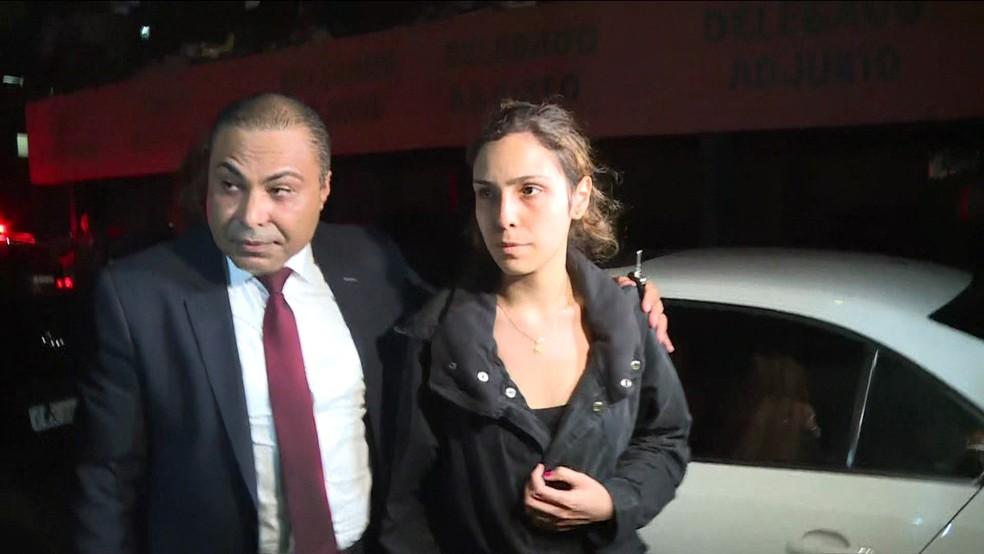 Isabela chega à delegacia para depor sobre a morte do ator Rafael Miguel — Foto: TV Globo/Reprodução