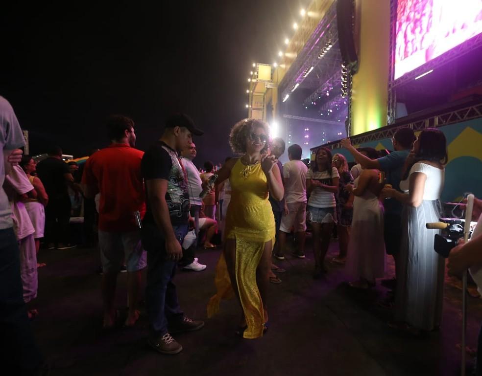 Rayolma Pereira Lemos, jovem cega de 19 anos curtindo a festa de réveillon ao som de Alcione, em Fortaleza. — Foto: Helene Santos/ Diário do Nordeste