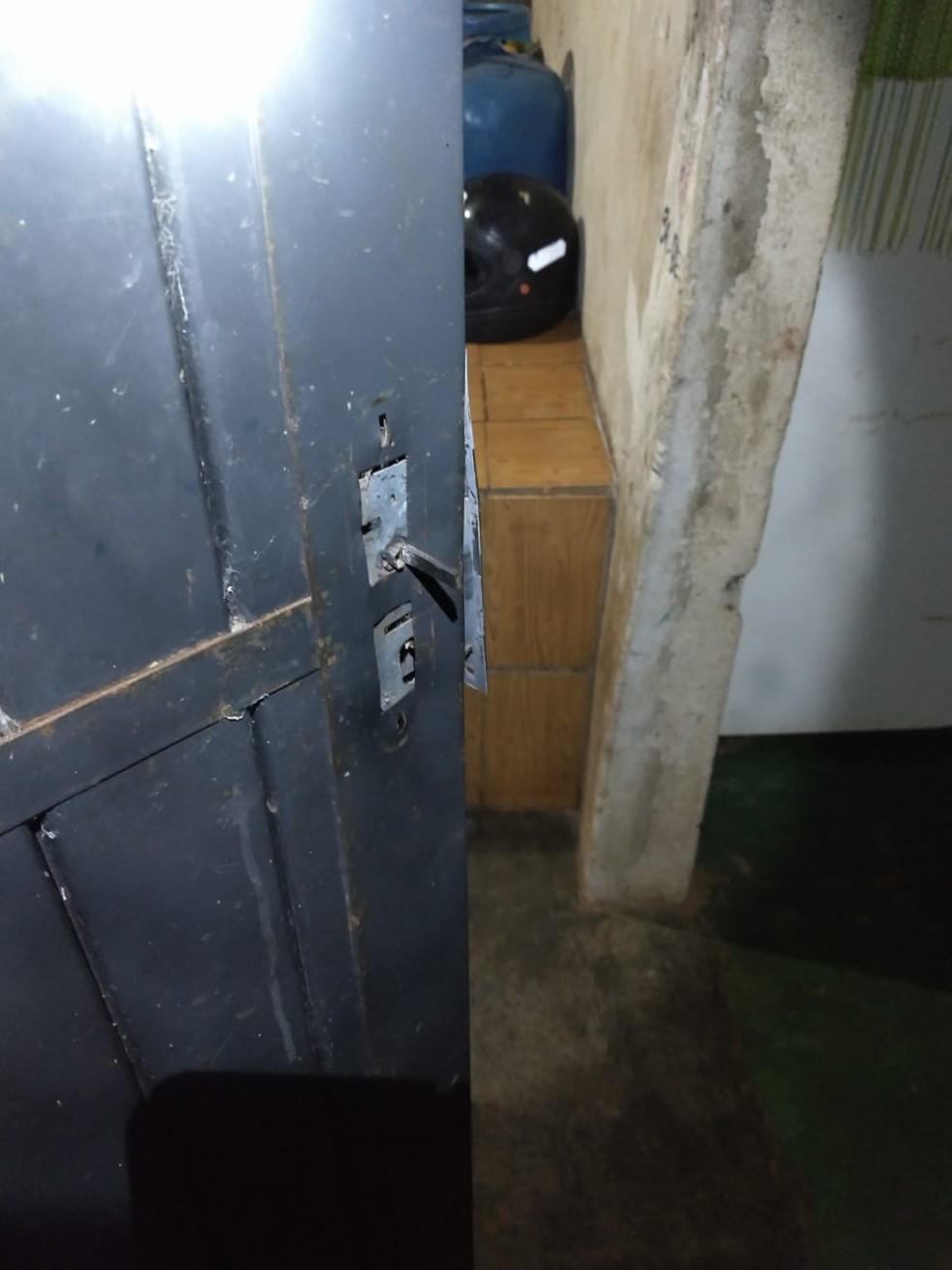 Foto divulgada pela polícia mostra fechadura e porta quebradas pelo ex-marido (Foto: Polícia Militar de MT)