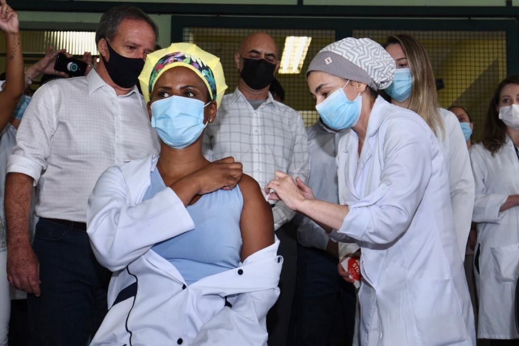 Se houver doses, vacinação contra Covid-19 para idosos acima de 75 anos deve começar em março na cidade de SP, diz secretário