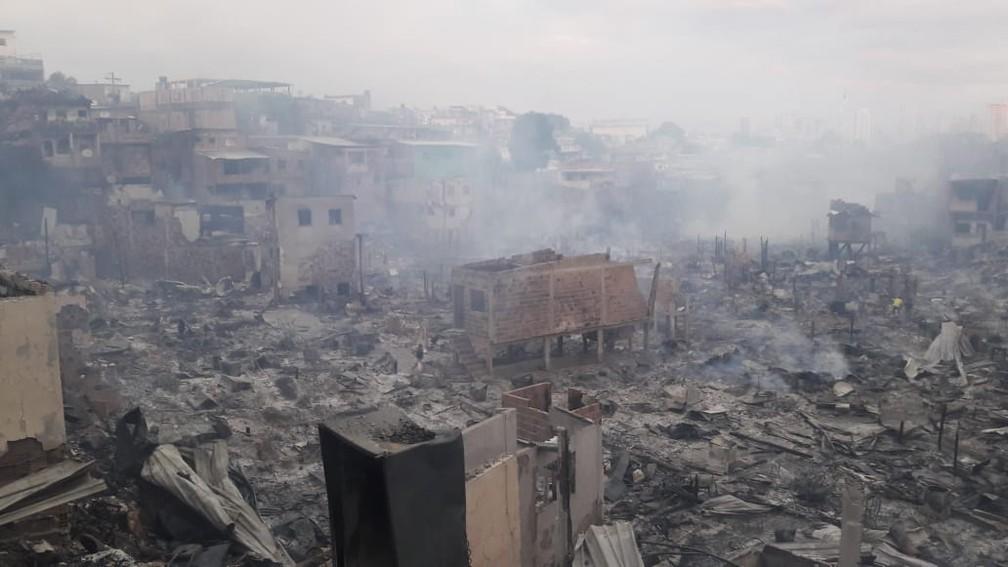 Fumaça ainda podia ser vista no local na manhã desta terça-feira (18) — Foto: Eliton Lima/Rede Amazônica