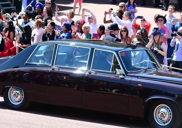 Kate Middleton cumprimenta os fãs ao chegar de carro no Castelo de Windsor (Foto: Getty Images)