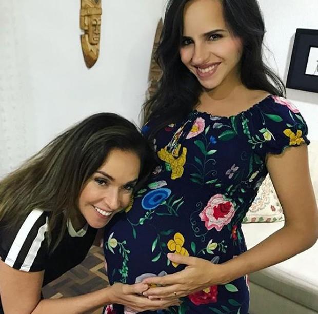 Daniela Mercury paparicando a filha, Giovana (Foto: Reprodução/Instagram)