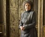 Em uma de suas viagens ao tempo, Cris (Vitória Strada) descobrirá que a Guardiã do casarão era mãe de Américo (Felipe Camargo) e avó de Julia em 'Espelho da vida'. Ela se chamava Albertina e era uma mulher ruim | TV Globo