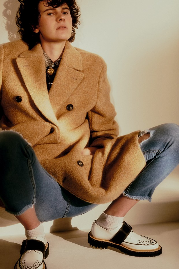 Casaco, R$ 18.490, Brunello Cucinelli; camisa, R$ 3.900, Ralph Lauren; calça, R$ 100, Riachuelo. Sapatos, R$ 2.795, Burberry (Foto:  Rafael Pavarotti)