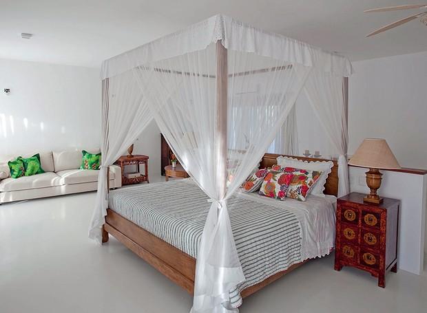 Ainda na casa projetada pela arquiteta Ligia Resstom, em Trancoso, todos os quartos têm camas com dossel, para proteger dos insetos e dar um clima oriental à decoração. Para facilitar a limpeza, o piso é revestido de cerâmica branca (Foto: Tuca Reinés/Divulgação)