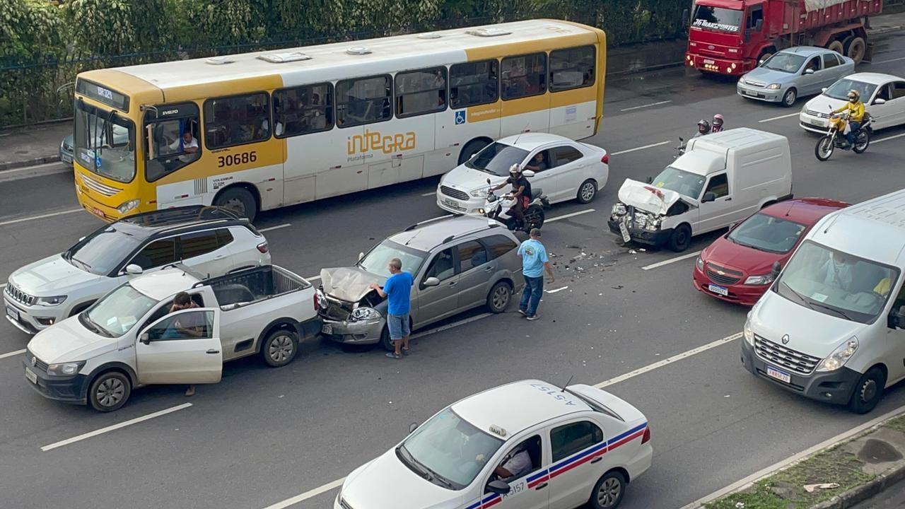 Três carros batem na Avenida ACM, em Salvador