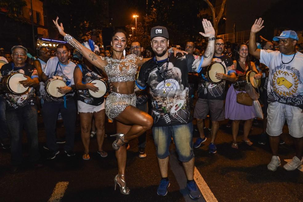 A rainha Aline Riscado e o mestre de bateria Macaco Branco, no ensaio de rua da Vila Isabel — Foto: Eduardo Hollanda/Divulgação