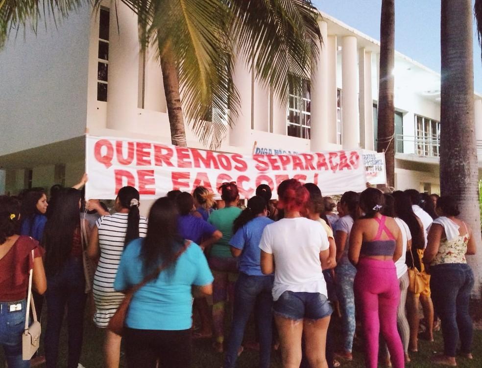 Mulheres de detentos da Penitenciária de Alcaçuz fazem protesto no Centro Administrativo do Governo do RN — Foto: Acson Freitas/Inter TV Cabugi