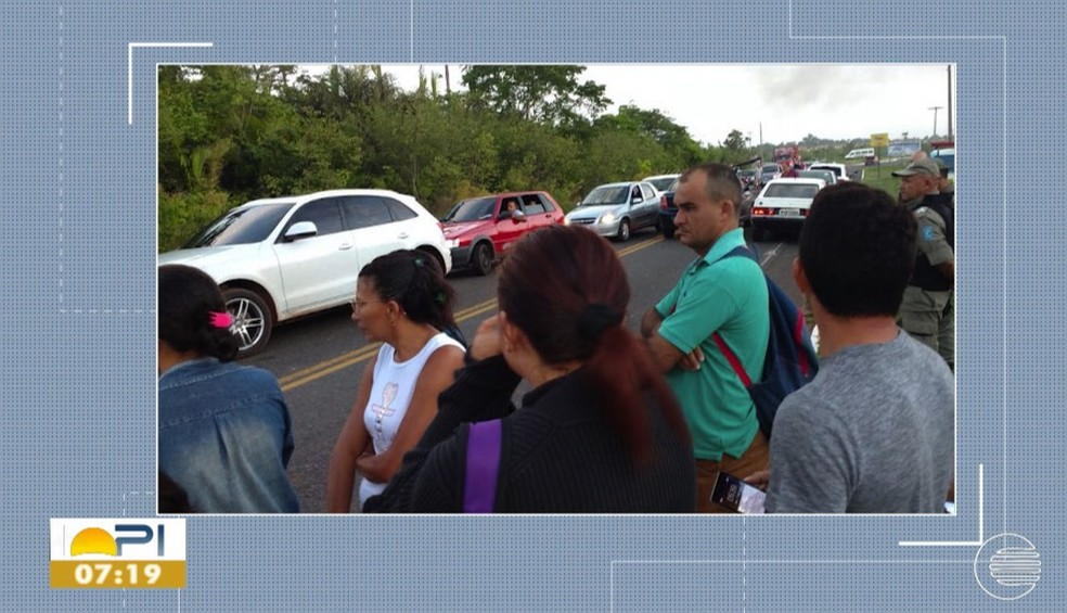 Moradores protestam contra o aumento da passagem — Foto: Reprodução/TV Clube
