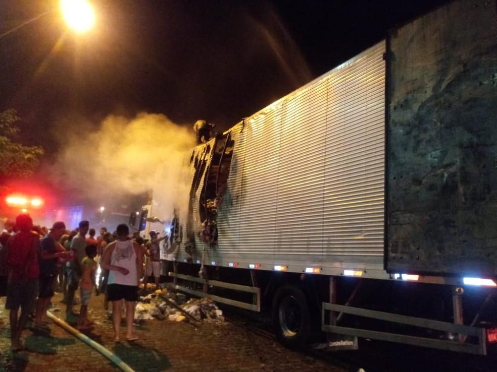 Populares saquearam parte da carga que não foi atingida pelo fogo. — Foto: Arquivo pessoal