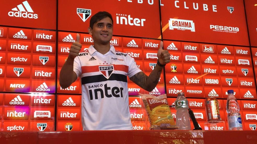 Everton Felipe é apresentado no São Paulo (Foto: Leandro Canônico)