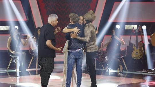 Grávida, Ivete Sangalo se emociona durante apresentação e ganha carinho dos técnicos do 'The Voice Brasil'