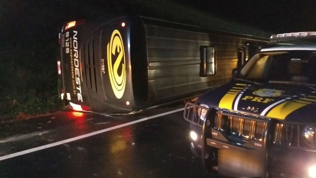 Ônibus tombou na BR-277 após ser atingido pelo carro, segundo a PRF (Foto: Divulgação/PRF)