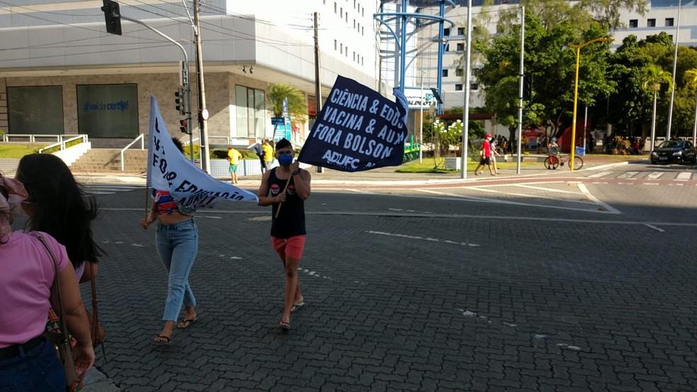 Manifestante exibe faixa em defesa da ciência e da vacinação e contra Bolsonaro em Fortaleza  — Foto: Halisson Ferreira/Sistema Verdes Mares