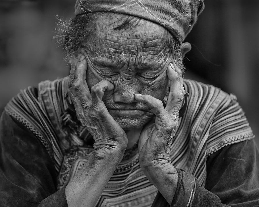 Depressão na velhice ocorre por vários fatores, entre eles a viuvez, solidão e dificuldades financeiras (Foto: Pixabay)