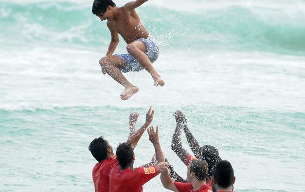 Filho de auxiliar do Fla é cercado pelos jogadores e voa no mar