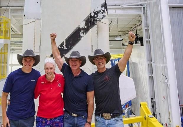 Mark, o último da esquerda para a direita, é o irmão mais novo de Jeff Bezos  (Foto: Reprodução/Instagram jeffbezos)