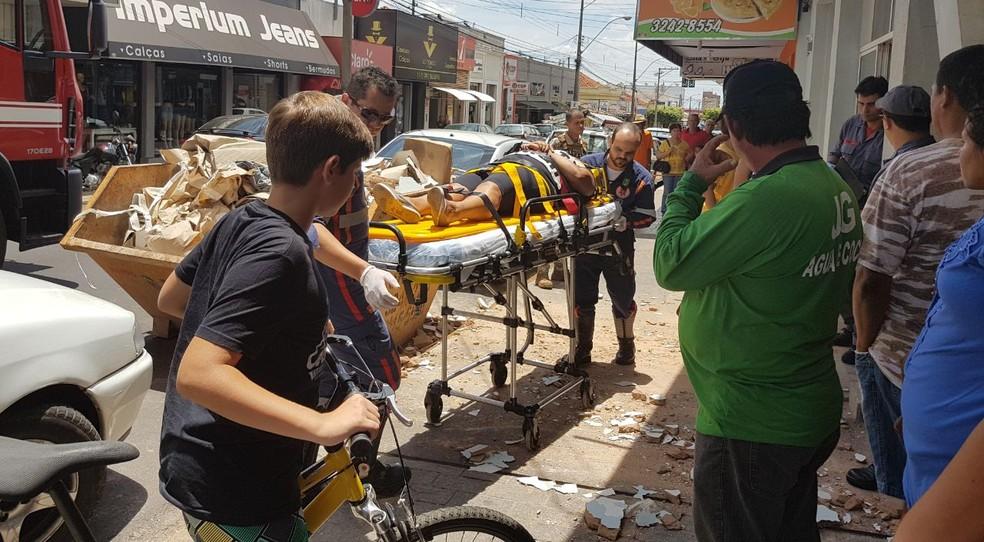 Mulher foi socorrida após ser atingida por reboco de marquise (Foto: Mirassol Conectada/Divulgação)